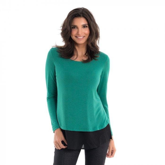 Blusa para amamentar com mix de texturas e sobreposição na cor verde, vestida por uma modelo que está de frente.