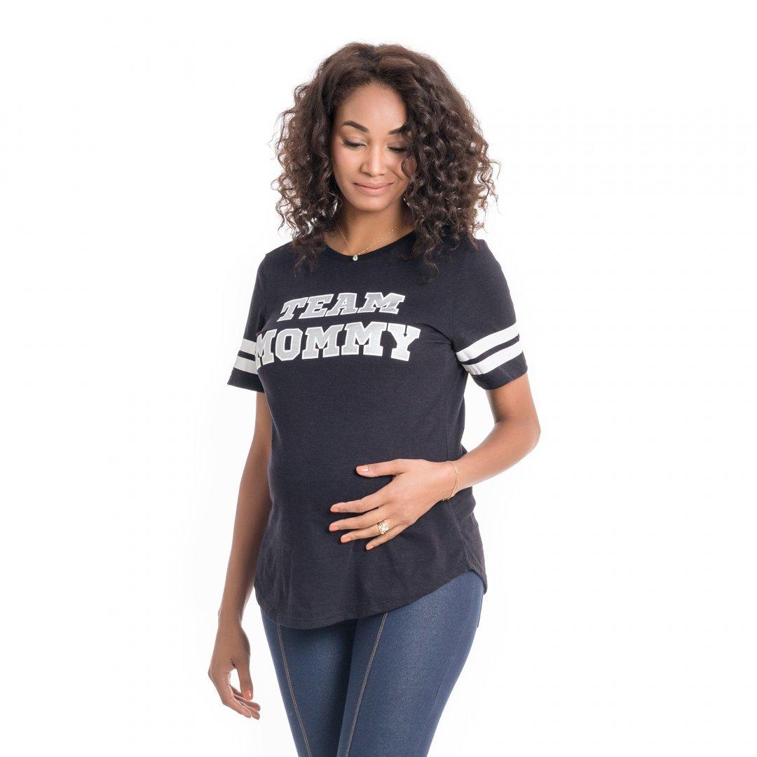 Parte lateral da Camiseta para grávidas preta com estampa, vestida por uma modelo que está de lado.