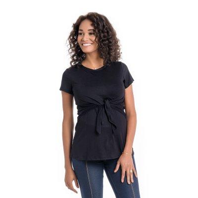 Blusa para amamentar com sobreposição na região do busto na cor preta, vestida por uma modelo que está de frente.