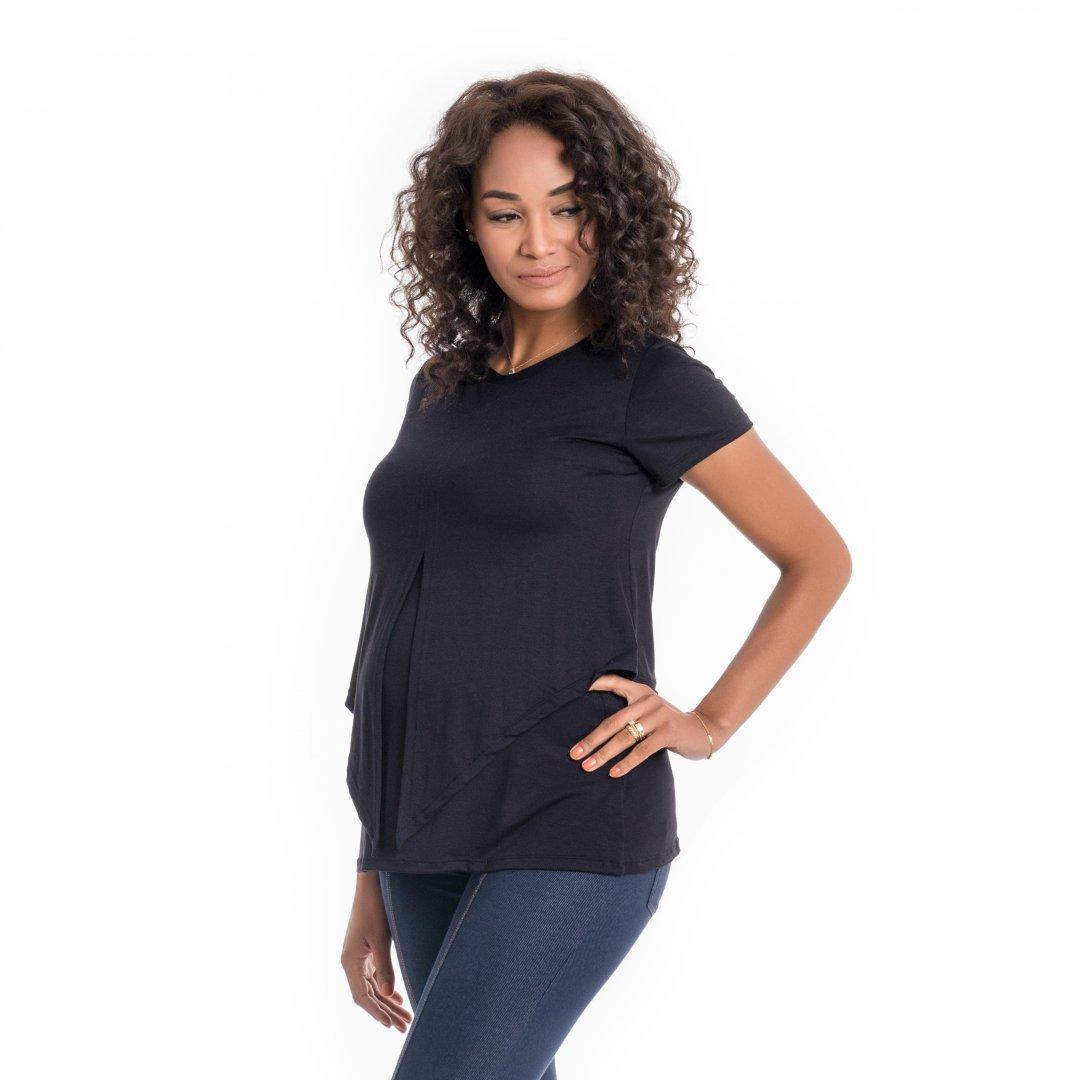 Blusa para amamentar com sobreposição na região do busto na cor preta, vestida por uma modelo que está de lado.